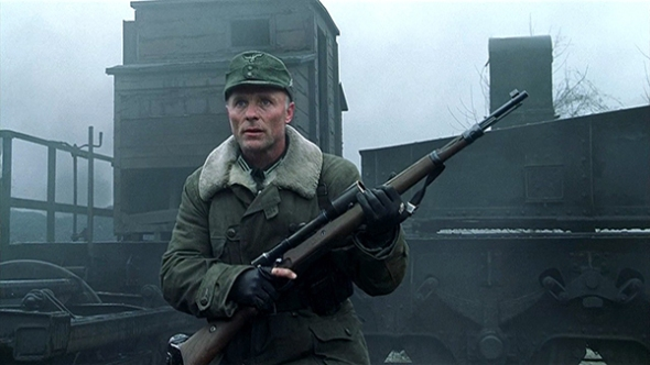 "ED HARRIS AS MAJOR KÖNIG IN ""ENEMY AT THE GATES""(PARAMOUNT PICTURES / MANDALAY PICTURES)"